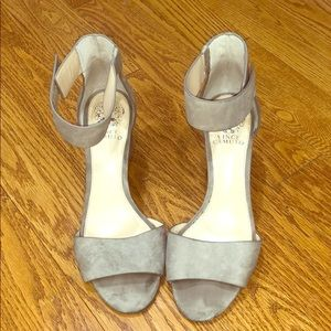 Vince camuto tan/gray small heels